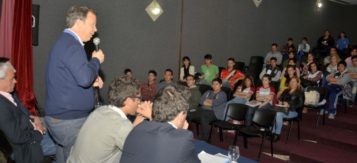 """Cascallares lanzó el concurso """"jóvenes innovando"""" para estudiantes secundarios de Brown"""