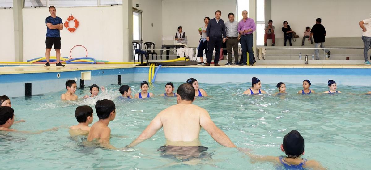 Cascallares junto a cientos de chicos en  clase de natación en el Natatorio Municipal