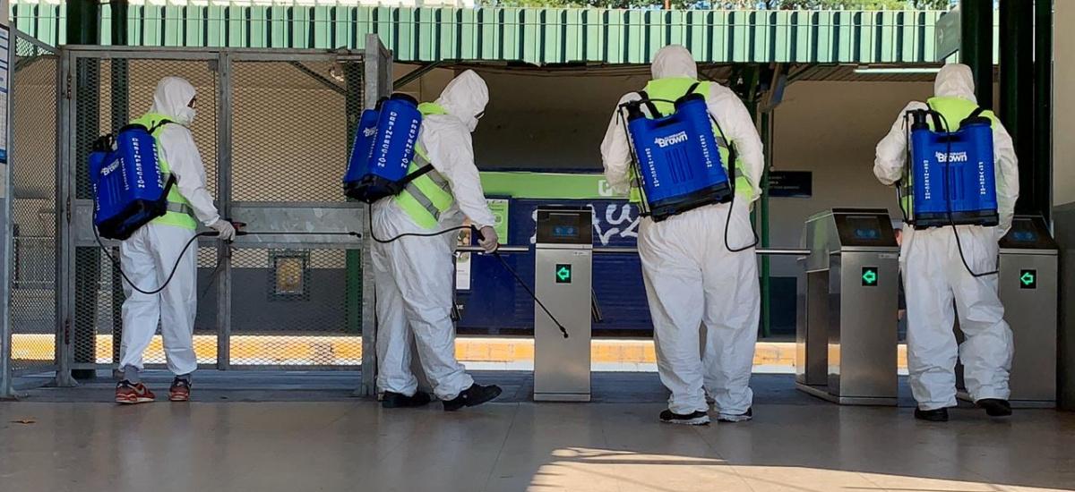 El municipio multiplica las tareas de desinfección en estaciones, colectivos e instituciones