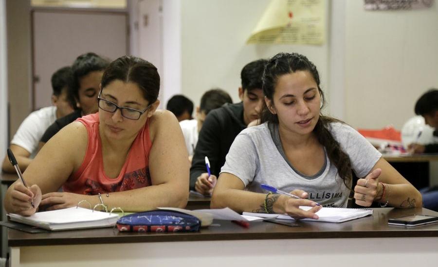 Clases virtuales para 500 estudiantes del Fines que egresan este año