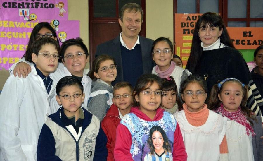 Cascallares entregó anteojos a alumnos de una escuela de Don Orione