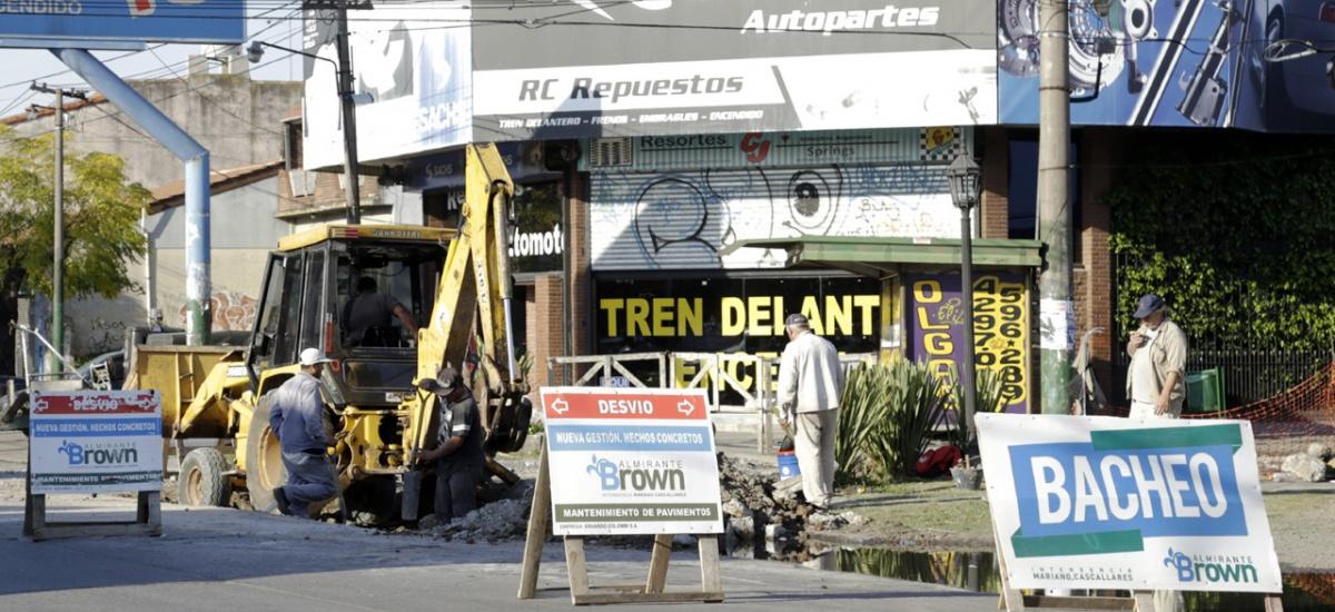 El municipio de Alte. Brown multiplica las obras de bacheo en las localidades