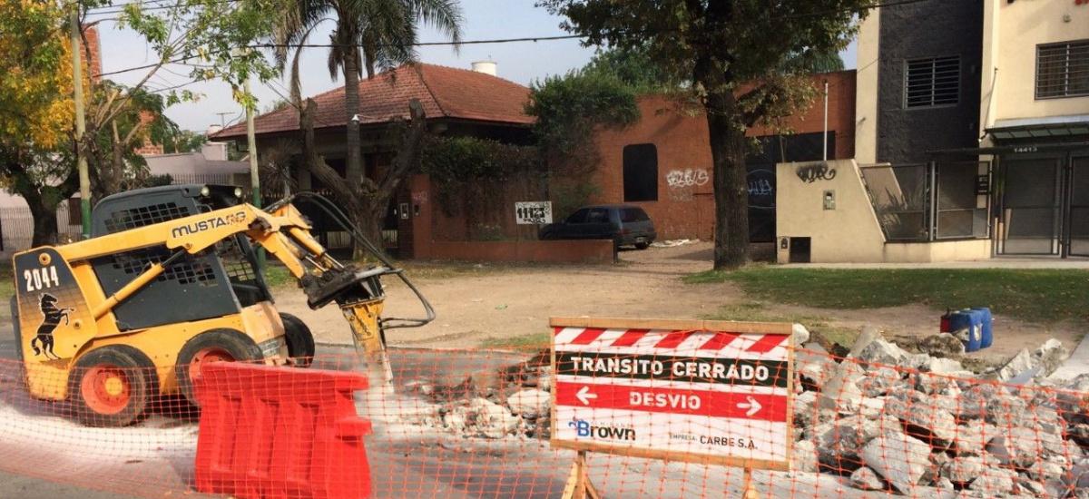 El municipio avanza con obras de bacheo en Longchamps y San José