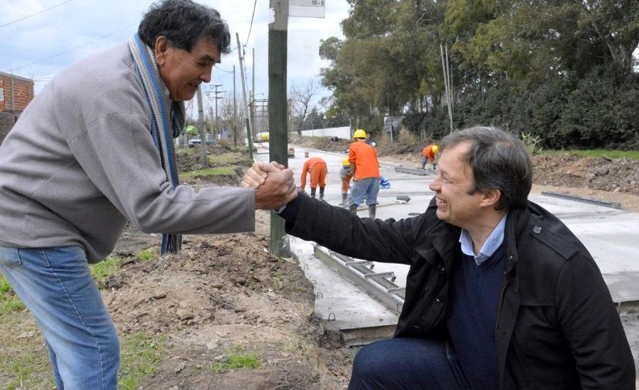 Cascallares recorrió junto a vecinos la histórica obra de Avenida Espora
