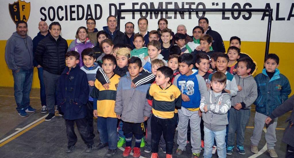 """Cascallares junto a la comunidad de la sociedad de fomento """"Los Álamos"""" de Longchamps"""