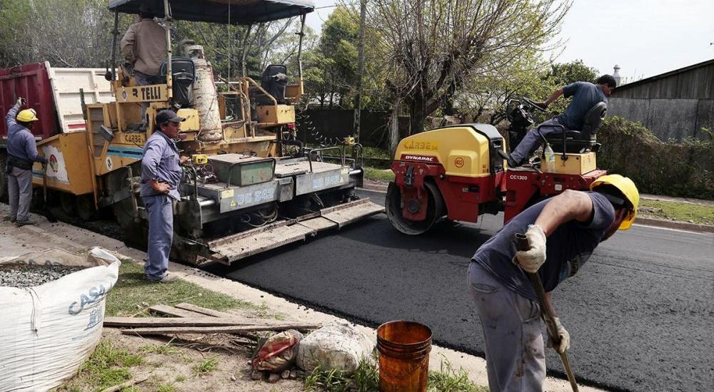 Avanzan las obras de asfalto en las localidades de Almirante Brown